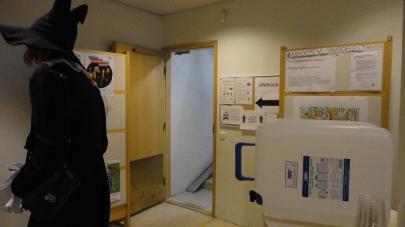 Joukolan ja Sommelon ohjelmasaleihin mentiin pohjakerroksen nurkassa olevasta pienestä ovesta, joka oli todella helppo jättää huomaamatta.